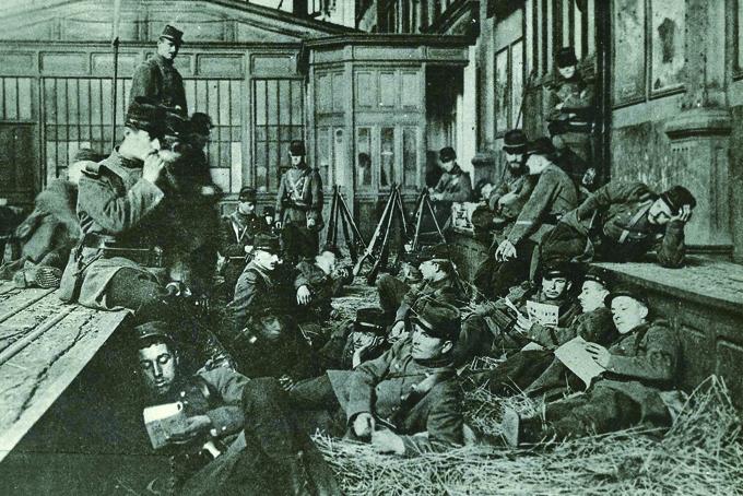 1910, occupation de la gare St Lazare par l'armée pendant le conflit des cheminots