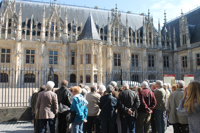 Le groupe devant le palais de justice de Rouen